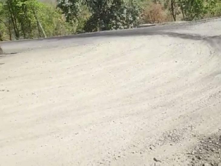 बंजारी घाट में सात बड़े खतरनाक मोड़ हैं। यहां लगातार दुर्घटना हो रही हैं। सड़क पर बड़े गड्ढों के कारण भारी वाहन फंस रहे हैं।
