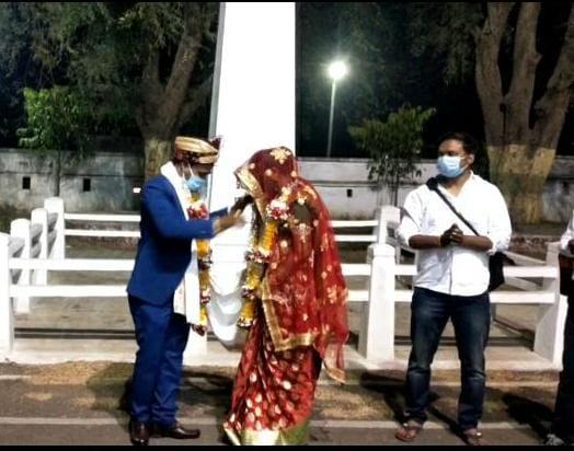 कलेक्टोरेट परिसर में वर-वधु ने एक दूसरे को डाली जयमाला, शादी का खर्चा बचा कर रोगी कल्याण समिति को दिए ₹11000|छिंदवाड़ा,Chhindwara - Dainik Bhaskar