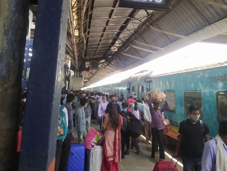 दिल्ली में लॉकडाउन लगने के बाद प्रवासी मजदूर अपने घर लौट रहे हैं। इस दौरान उन्हें पिछले साल की तरह सख्ती के दौर से नहीं गुजरना पड़ रहा है।