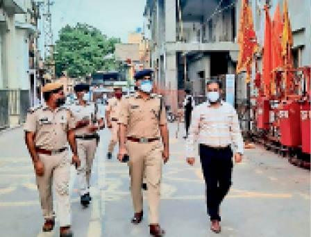 मेहंदीपुर बालाजी   कोरोना रोगियों की बढ़ती तादाद के बीच आस्था धाम में व्यवस्थाओं का जायजा लेने पहुंचे कलेक्टर एसपी। - Dainik Bhaskar