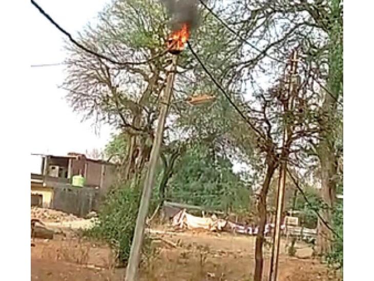 तेज आंधी चलने के बाद बिजली के पोल में आग लगी।