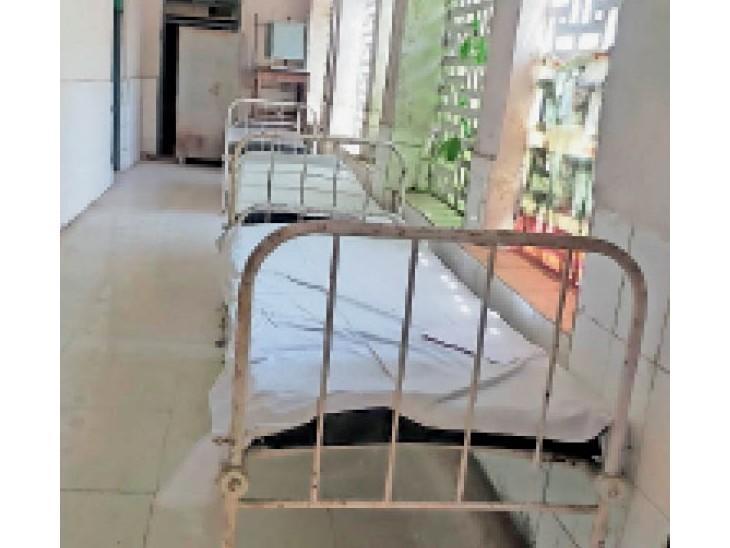 त्रिपोलिया गेट स्थित आयुर्वेद अस्पताल के गलियारे में भी लगे हैं बेड। - Dainik Bhaskar
