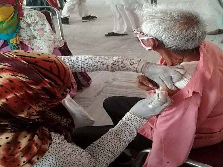 शहर में कई जगहों पर आज वैक्सीनेशन कैम्प, दस हजार का स्टॉक मिला, 18 से अधिक उम्र वालों की तैयारी पूरी वैक्सीन का इंतजार|सीकर,Sikar - Dainik Bhaskar