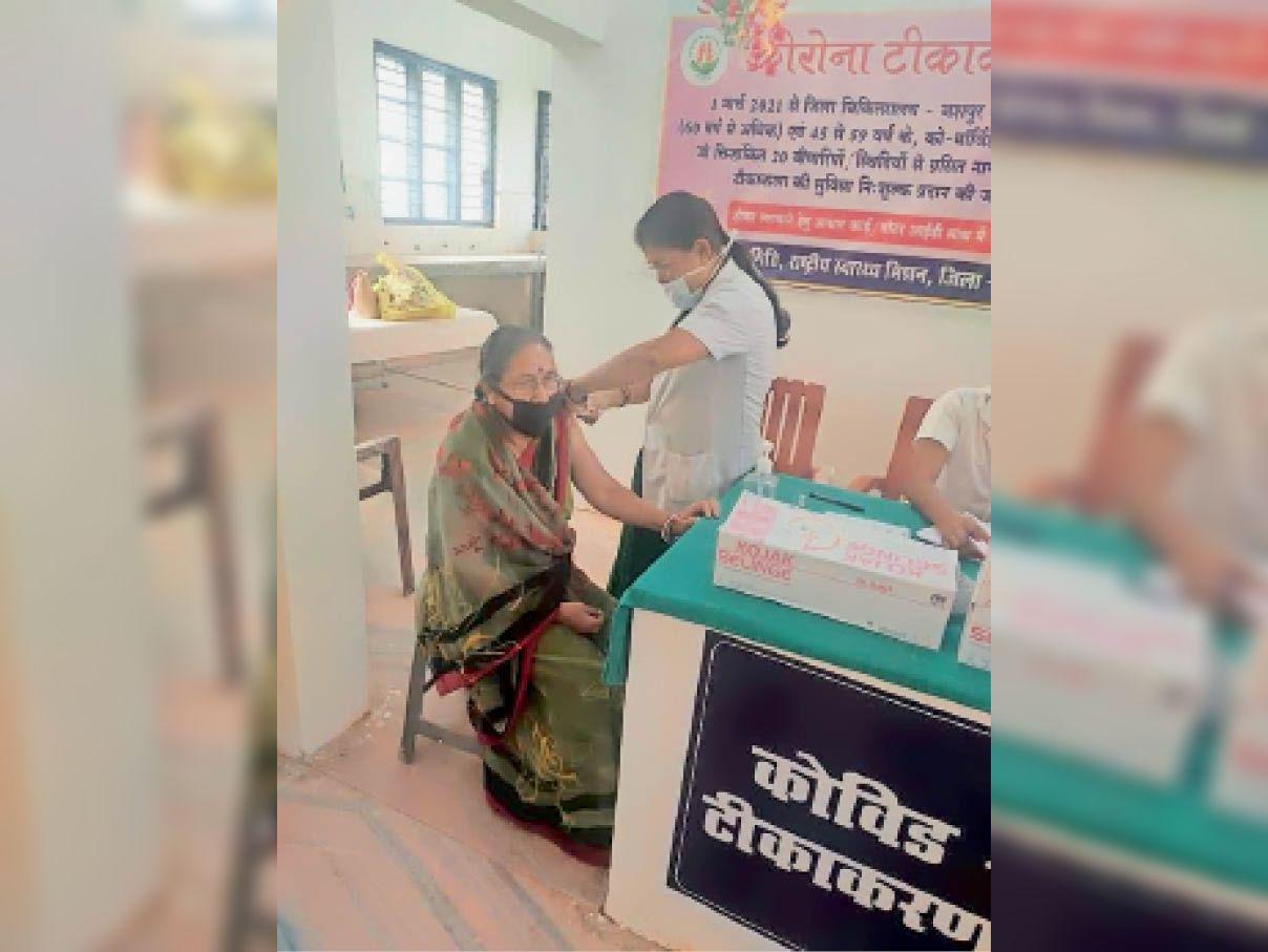 कोविड टीका लगवातीं शहर की महिला। - Dainik Bhaskar