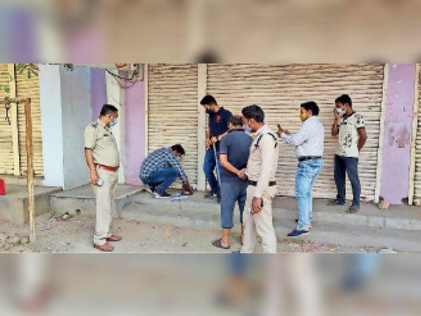 दुकान सीलिंग की कार्रवाई करते अधिकारी। - Dainik Bhaskar