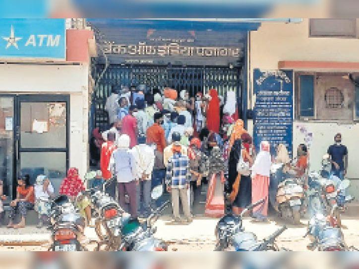 बैंक और शराब की दुकानों में जमकर भीड़ लग रही है। - Dainik Bhaskar