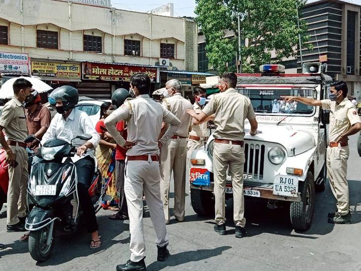 वाहन चालकों से पूछताछ करती पुलिस