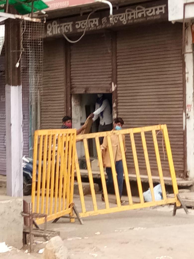 बाजारों में लगे बेरीकेट्स, फिर भी , मुरैना शहर के बाजारों में चोरी-छिपे दिया जा रहा सामान, सहालग होने के कारण ग्राहकों को निराश नहीं करना चाहते दुुकानदार|मध्य प्रदेश,Madhya Pradesh - Dainik Bhaskar