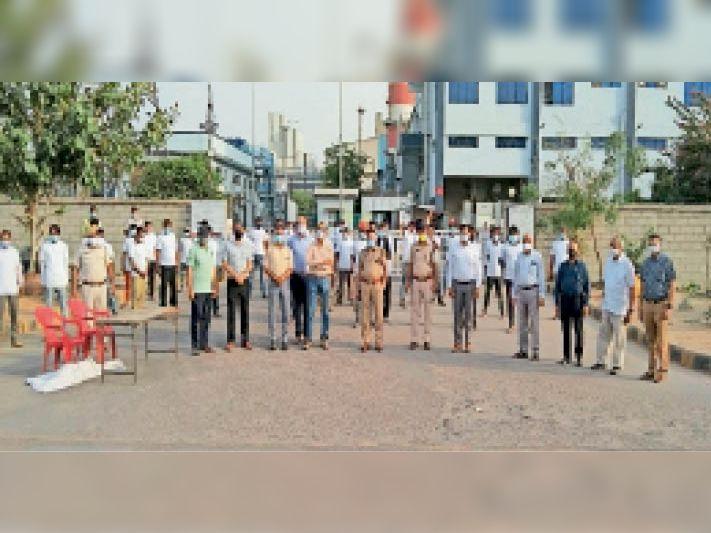 भिवाडी. आइनॉक्स कंपनी के प्लांट पर ऑक्सीजन टैंकर चालकों के साथ एसपी जोशी एवं उद्यमी। - Dainik Bhaskar