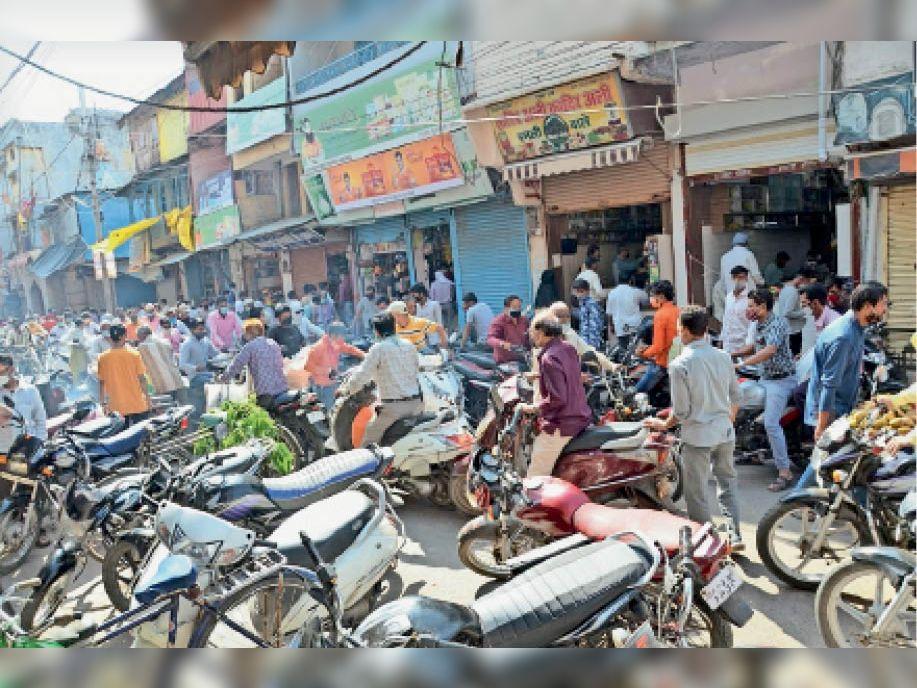 दुकानदार भी क्या करें, लोग ही इतने आ जाते हैं कि सोशल डिस्टेंस का पालन नहीं हो पाता - Dainik Bhaskar
