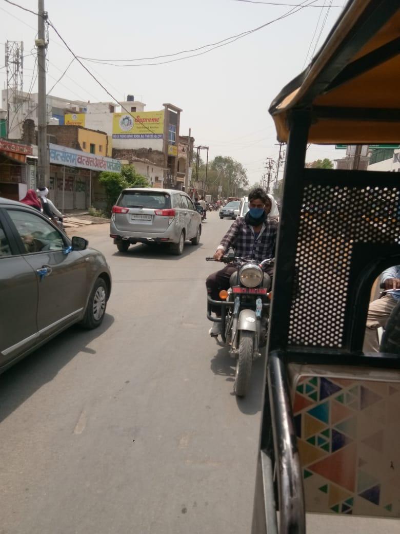 शहर में फर्राटे भर रहे वाहन, कई जगह पर लोगों की भीड़ तक हो जाती है जमा, मूकदर्शक बनी पुलिस|मुरैना,Morena - Dainik Bhaskar
