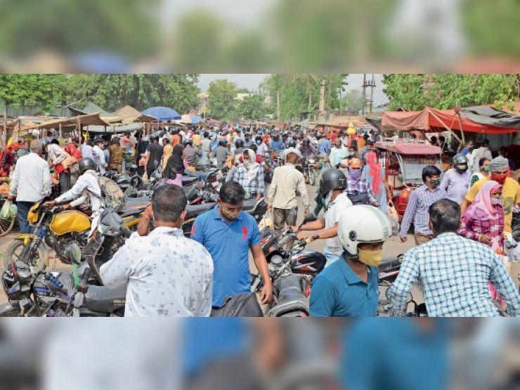 अलवर. अग्रसेन चाैराहे के पास स्थित सब्जी मंडी में आमजन के प्रवेश के रोक के बावजूद भीड़ जुट रही है। - Dainik Bhaskar