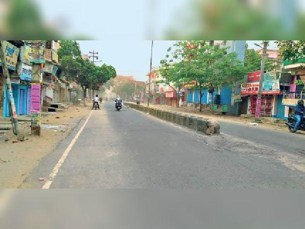 चार बजे दुकान बंद होने के बाद सड़क पर पसरा सन्नाटा। - Dainik Bhaskar