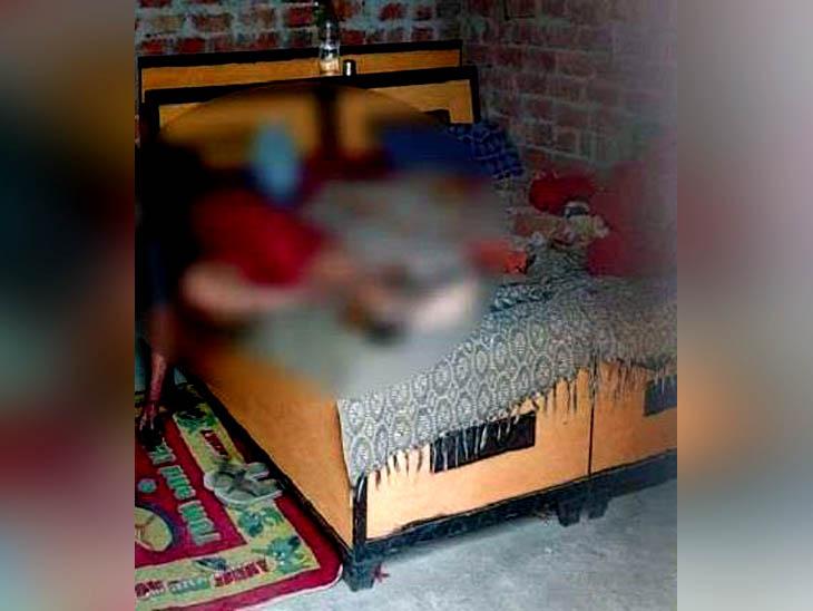 लुधियाना जिले के गांव चहलों में बेड पर पड़ा संदिग्ध हालात में गोली लगने से मरने वाले सौतेली बेटी से दुष्कर्म के आरोपी का शव। - Dainik Bhaskar