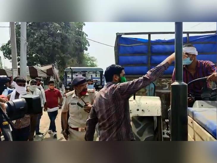 करनाल में सेक्टर-4 चौकी के इंचार्ज अनिल कुमार गुस्से में आकर सेकेटरी सुरेंद्र सिंह को फर्जीवाड़े के बारे में बताते हुए। - Dainik Bhaskar