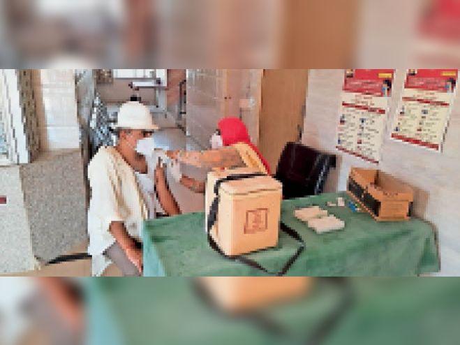 मकराना. एक केन्द्र पर टीकाकरण करवाते हुए नागरिक। - Dainik Bhaskar