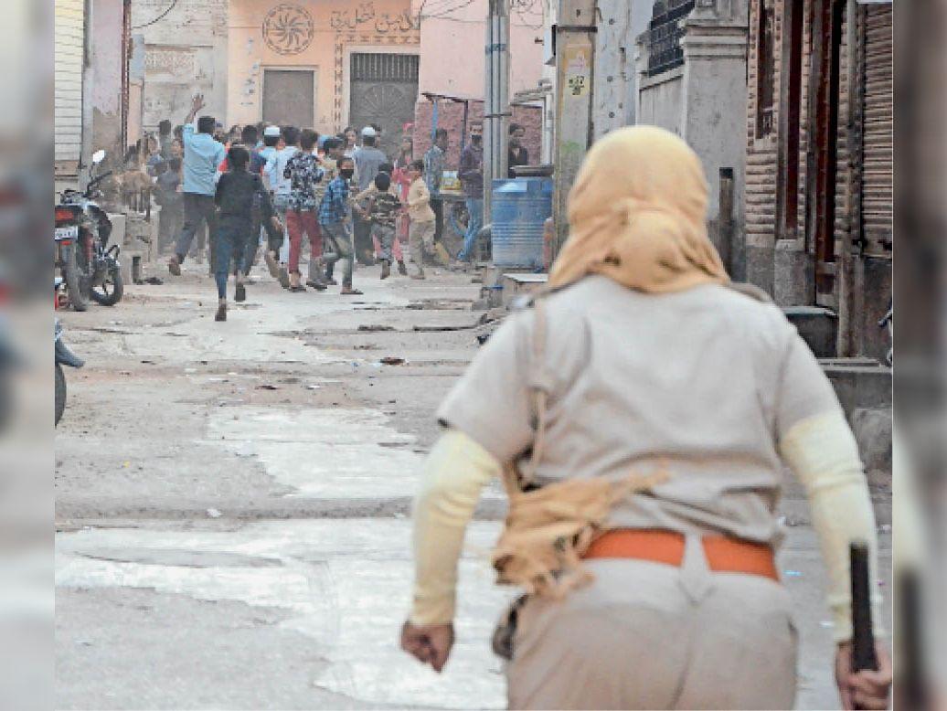 बिसायतियान मोहल्ले में लोग सड़कों पर घूम रहे थे। कई ने मास्क नहीं पहन रखा था। जैसे ही पुलिस पहुंची, लोग इधर-उधर भागने लगे। - Dainik Bhaskar