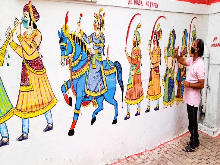 जगदीश चौक इलाके में सड़कों पर चित्रकारी करते कैलाश।