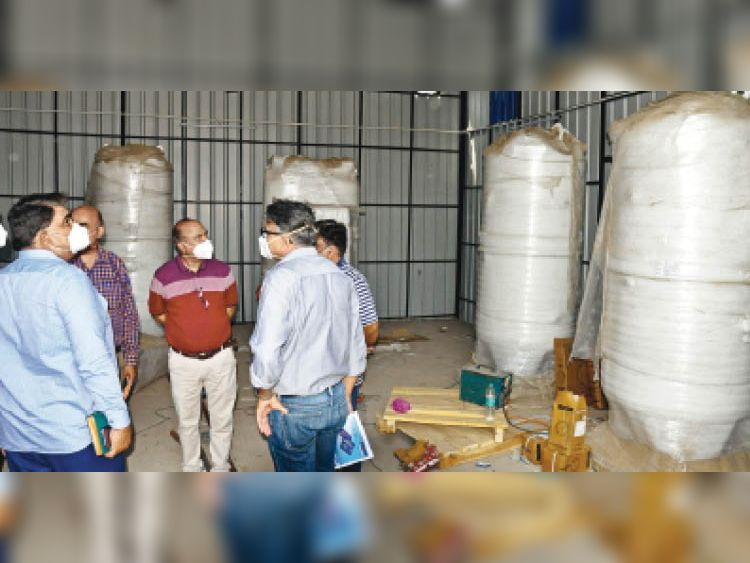 सिटी सिविल अस्पताल में ऑक्सीजन प्लांट का निरीक्षण करते सीएमओ। - Dainik Bhaskar