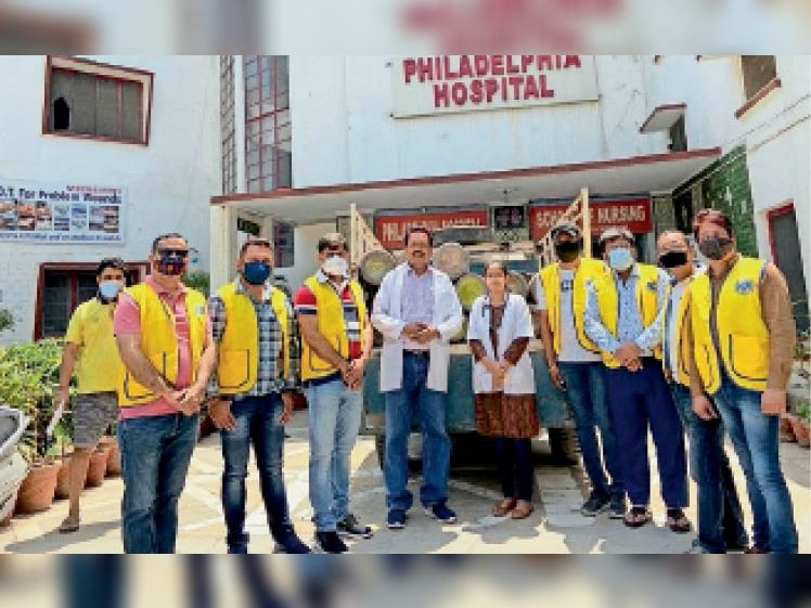 मिशन अस्पताल में ऑक्सीजन सिलेंडर व टीम के साथ डॉ. सादिक। - Dainik Bhaskar