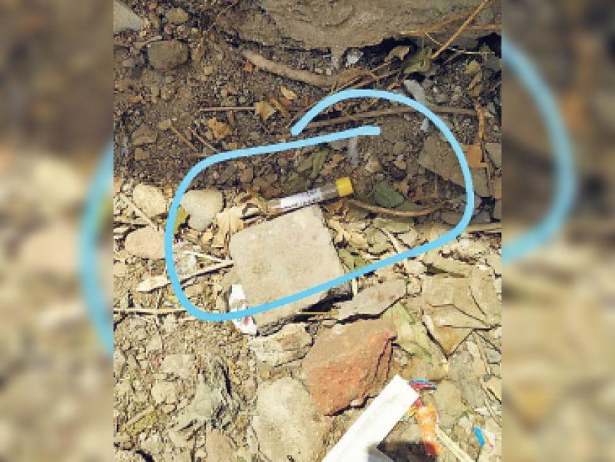 सैंपल कलेक्शन सेंटर के बाहर पड़ा किसी संदिग्ध का सैंपल। - Dainik Bhaskar