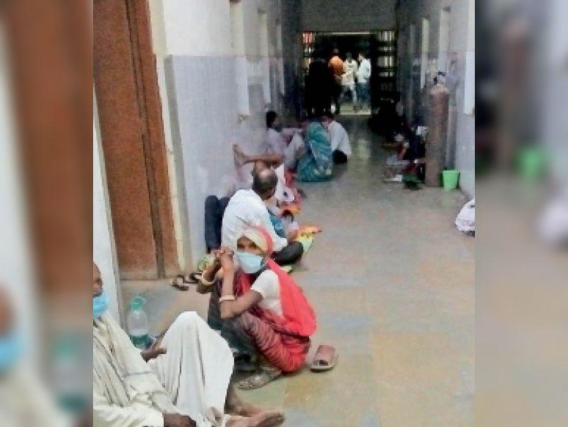बारां. आइसोलेशन वार्ड मे बेड कम पड़े, मरीजों को जमीन पर लेटाकर कर रहे इलाज। - Dainik Bhaskar