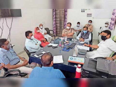 बारां। जिला अस्पताल में अधिकारियों की बैठक लेते मंत्री भाया। - Dainik Bhaskar
