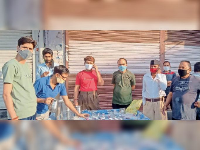 बारां. शहर के प्रताप चौक पर आयुर्वेदिक काढ़ा वितरित करते स्वयं सेवक। - Dainik Bhaskar