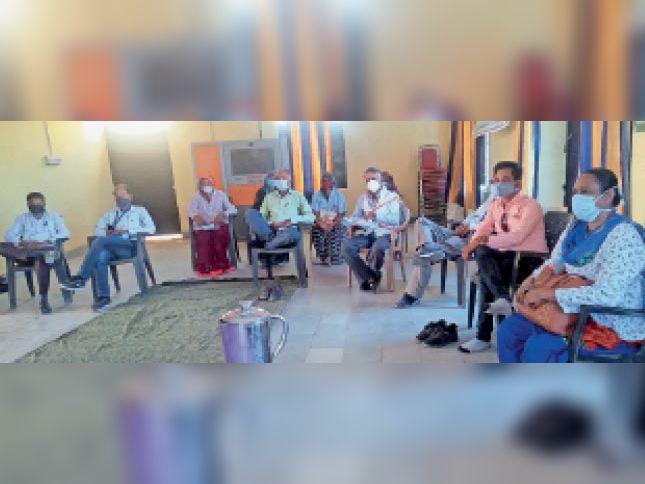 बारां. करनाहेड़ा गांव में आयोजित कोरोना कोर ग्रुप की बैठक में मौजूद सदस्य। - Dainik Bhaskar