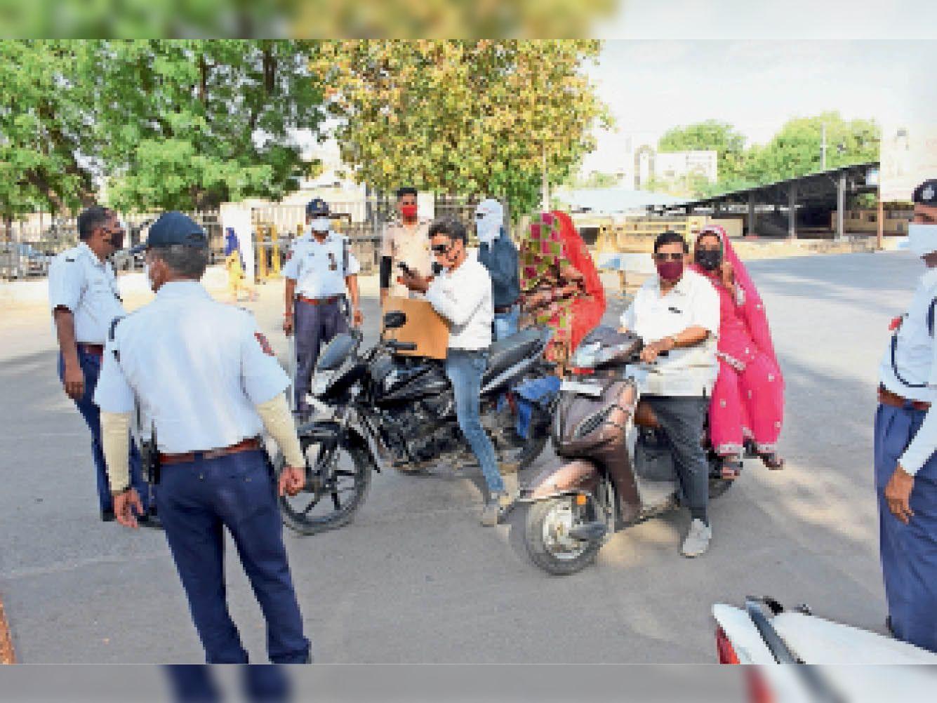 स्थान: यातायात पुलिस थाने के बाहर | समय: शाम 4 बजे - Dainik Bhaskar