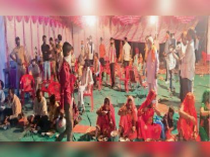 लाखेरी. सामूहिक भोज के दौरान प्रशासनिक टीम ने आकर कार्रवाई की। - Dainik Bhaskar