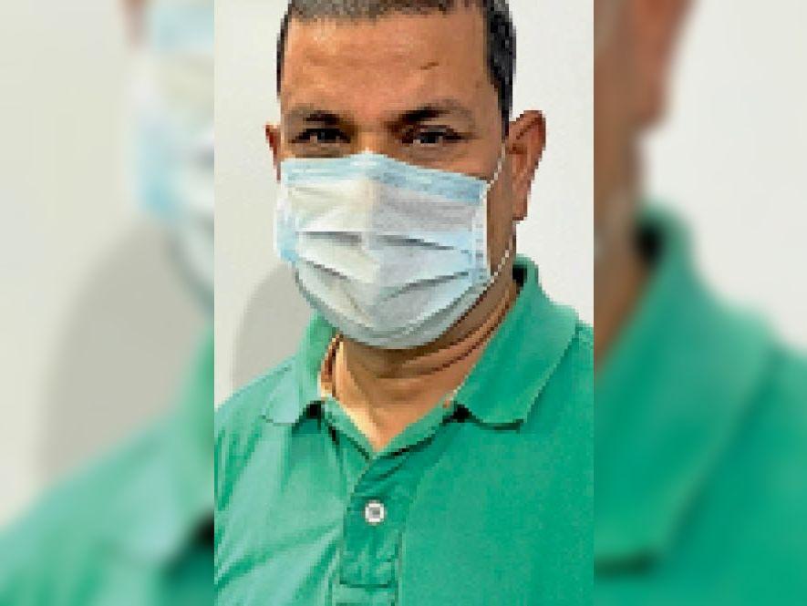 डाॅ. दिनेश वैष्णव, पीएमओ जिला चिकित्सालय - Dainik Bhaskar