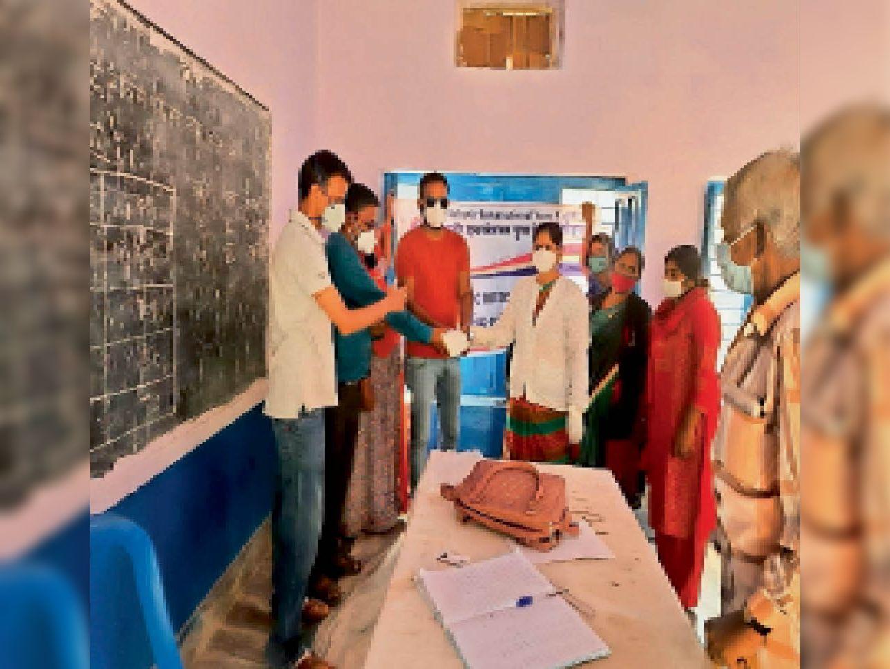 महावीर युवा इंटरनेशनल की ओर से मास्क वितरण किए। - Dainik Bhaskar
