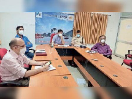 वीडियाे कांर्फेसिंग में माैजूद अधिकारी। - Dainik Bhaskar