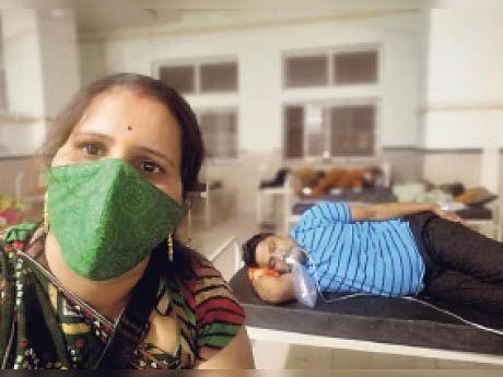 बहन वीणा जाेशी अपने भाई विनाेद भट्ट के साथ। - Dainik Bhaskar