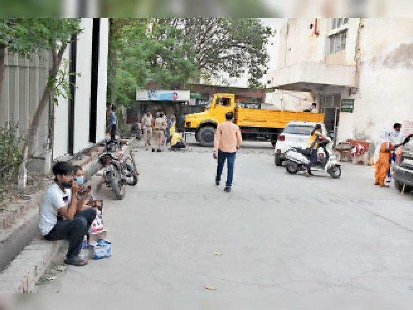 हिसार. सोनी बर्न हॉस्पिटल से रेफर किए गए रोगी सिविल हॉस्पिटल में इंतजार करते हुए। - Dainik Bhaskar