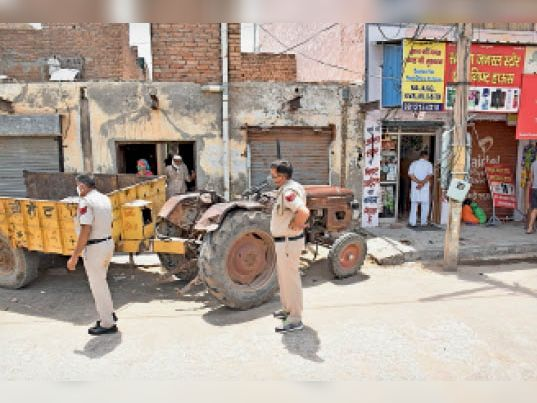 नई सब्जी मंडी दो नंबर गेट के सामने ट्रैक्टर ट्राली की चपेट में आने से महिला की मौत के मामले की जांच करने पहुंची पुलिस। - Dainik Bhaskar