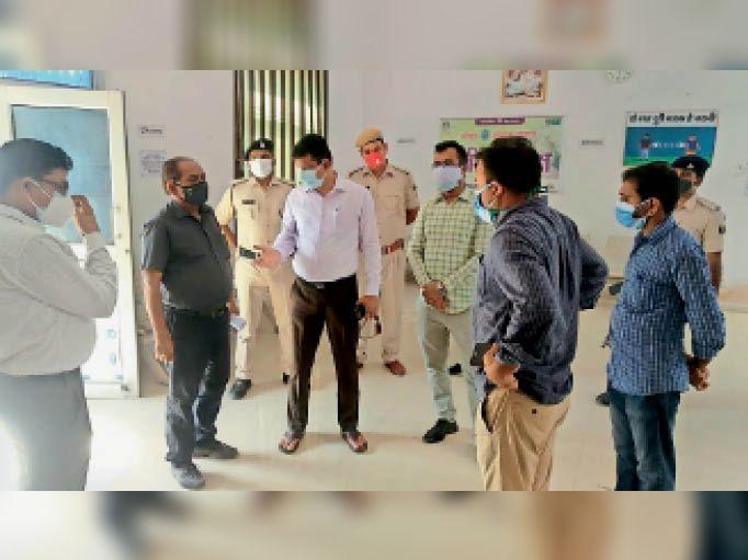 कोविड सेंटर का निरीक्षण करते डीएम, डीडीसी व अन्य अधिकारी। - Dainik Bhaskar