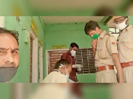 करौली  जिला अस्पताल की टीम ने लिया लोगों का सैंपल। - Dainik Bhaskar