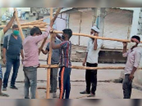 हिंडौनसिटी| कलेक्टर के निर्देश पर नगरपरिषद के कर्मचारियों ने शहर के विभिन्न स्थानों पर वैरीकेटिंग कर रास्ते किए सील। - Dainik Bhaskar