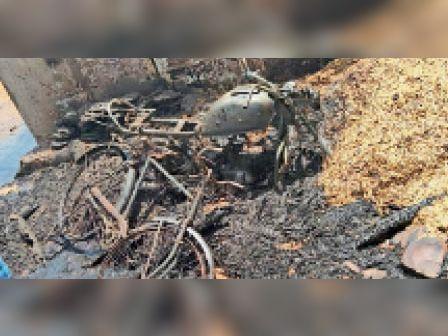 हिंडौन ग्रामीण  फुलवाडा के चमरपुरा में लगी आग से जला सामान। - Dainik Bhaskar