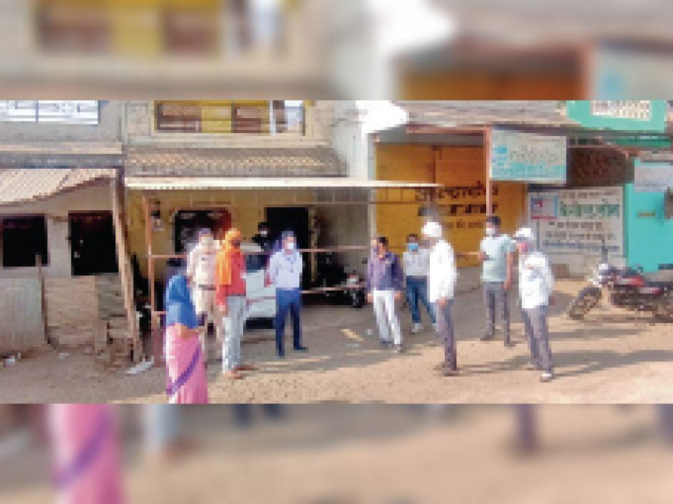दुकान से सामान बेचने की शिकायत पर दुकान को सील किया। - Dainik Bhaskar