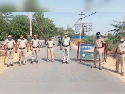 फरीदाबाद. इस दौरान नाका लगाकर पुलिस चेकिंग भी कर रही है, जिससे कोरोना महामारी के दौरान अपराधी किसी तरह का कोई फायदा न उठा सकें। - Dainik Bhaskar