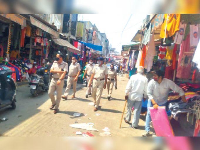 सोनीपत| अशोक नगर में बुधवार को भीड़ को कंट्रोल करने के लिए पुलिस पहुंची। बाजारों में सोशल डिस्टेंसिंग और मास्क की पालना के लिए पुलिस ने सख्त निर्देश दिए हैं। पुलिस ने लोगों को काफी समझाया। - Dainik Bhaskar