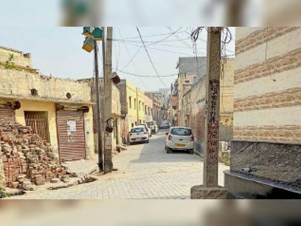 राई. वाजिदपुर सबोली गांव की मेन गली, जो सुनसान हो गई है। - Dainik Bhaskar