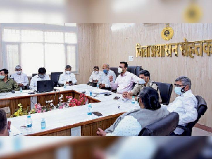 लघु सचिवालय में बैठक करते डीसी कैप्टन मनोज कुमार। - Dainik Bhaskar