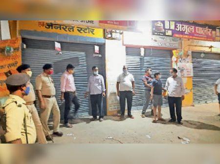 दुकानों को सील करने की कार्रवाई में जुटे अफसर। - Dainik Bhaskar