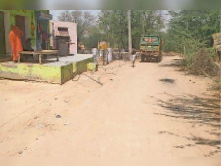 भाड़ौती। भड़कोली में बिजली का पोल टूटा हुआ 11 केवी लाइन का तार। - Dainik Bhaskar