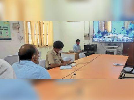 सवाई माधोपुर कोरोना को लेकर वीसी में अधिकारियों को निर्देश देते कलेक्टर। - Dainik Bhaskar