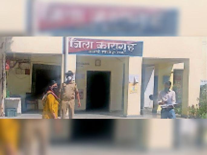 सवाई माधोपुर जिला मुख्यालय स्थित जिला कारागृह का निरीक्षण करती जिला विधिक सेवा प्राधिकरण की सचिव श्वेता गुप्ता। - Dainik Bhaskar